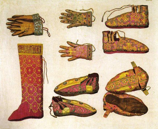 VIzantijska obuća. Crvenu obuću je bila rezervisana za  careve, plavu nose sevastokratori (carevi bliski rođaci), a zelenu protovestijari (carevi rizničari).