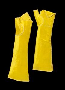 Istorija odevnih predmeta - Page 6 Yellow-silk-gloves-v-a-museum