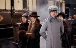 Vronski nosi kostime u sivim, svetlo plavim i belim tonovima, što ga, uz njegovu plavu kosu i oči, izdvaja od ostalih muških likova.