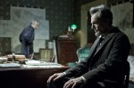 Tokom svojih istraživanja, Džonstonova je utvrdila da je Linkoln često koristio cilindar kao pritiskač za hartiju. Isto radi i Danijel Dej Luis u filmu.